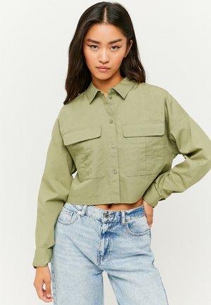 MIT KNÖPFE - Button-down blouse - green