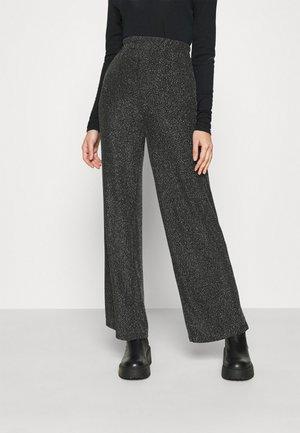 DAITHI TROUSERS - Pantalon classique - grau/silber