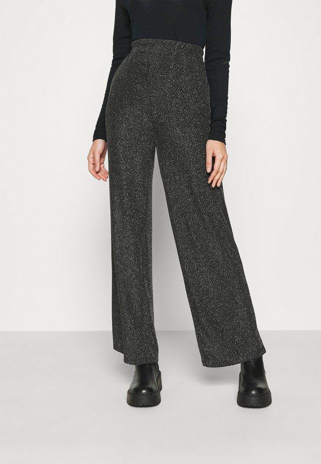 DAITHI TROUSERS - Pantaloni - grau/silber