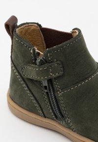 Kickers - TACKBO UNISEX  - Kotníkové boty - kaki - 5