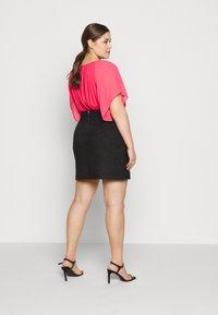 Vero Moda Curve - VMDONNADINA SHORT SKIRT - Pencil skirt - black - 2