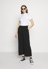 Cotton On - MOCK NECK TEXTURE SHORT SLEEVE - T-shirt imprimé - white - 1