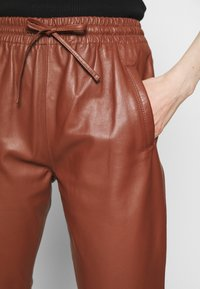 Oakwood - GIFT - Leather trousers - light brown - 4