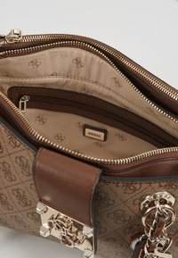 Guess - LOGO CITY SML SOCIETY SATCHEL - Handtas - brown - 4