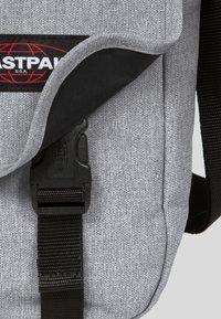 Eastpak - CORE COLORS/AUTHENTIC - Torba na ramię - sunday grey - 5