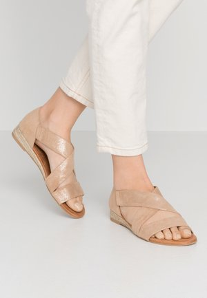 WIDE FIT REAM MINI CROSS OVER - Espadryle - gold