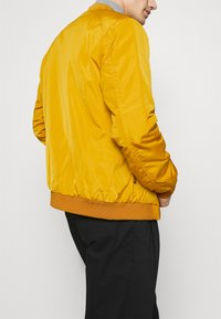 Lindbergh - Bomber Jacket - yellow - 5