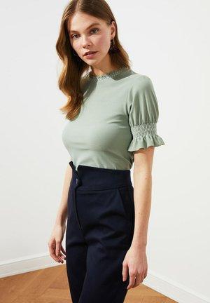 T-shirt print - light green