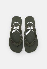 Calvin Klein Jeans - BEACH MONOGRAM  - Sandály s odděleným palcem - dark olive - 3
