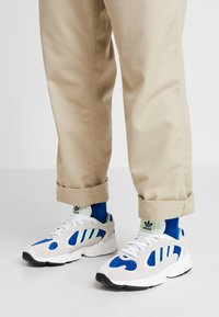 adidas Originals - YUNG-1 - Sneakers laag - footwear white/gloe green/collegiate royal - 0