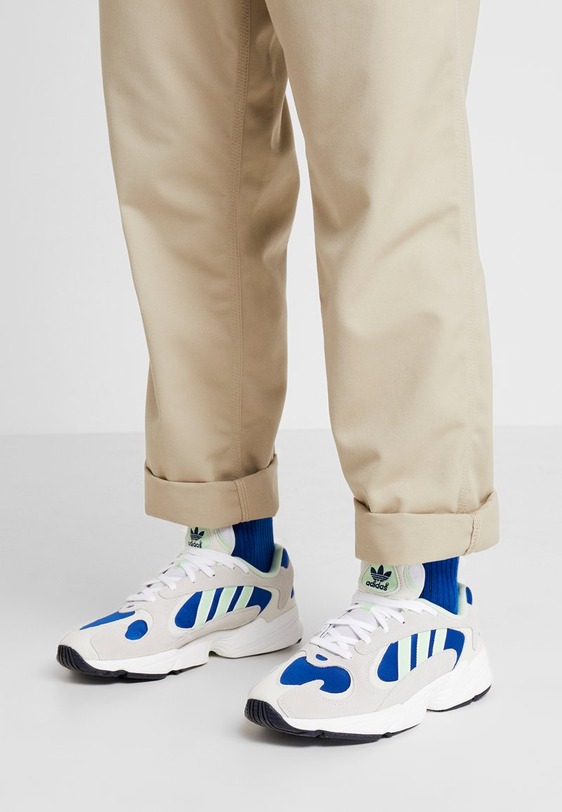 adidas Originals - YUNG-1 - Sneakers laag - footwear white/gloe green/collegiate royal
