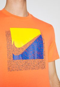 Nike Sportswear - TEE BRANDRIFF BOX - T-shirt imprimé - turf orange - 5