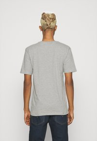 Newport Bay Sailing Club - CHEST STRIPE 2 PACK - T-shirt z nadrukiem - navy/grey marl - 2