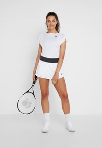 ASICS - TENNIS SKORT - Sportkjol - brilliant white/graphite grey - 1