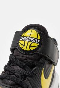 Nike Performance - TEAM HUSTLE 9 UNISEX  - Basketbalschoenen - black/high voltage/light smoke grey - 5