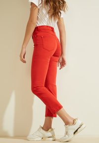 Guess - STICKEREI - Trousers - rot - 4