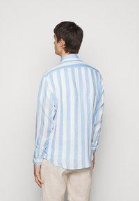 Frescobol Carioca - LINEN STRIPED SHIRT - Košile - light blue/white - 2