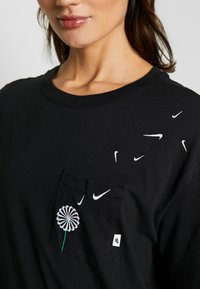 Nike Sportswear - TEE NOVEL - T-shirts med print - black/white - 4