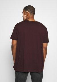 Burton Menswear London - SHORT SLEEVE CREW 3 PACK - T-shirt basic - red/offwhite - 2