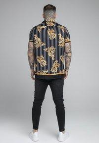 SIKSILK - RESORT - Camicia - black/gold - 2