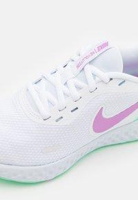 Nike Performance - REVOLUTION 5 - Zapatillas de running neutras - white/violet shock/green glow/football grey - 5