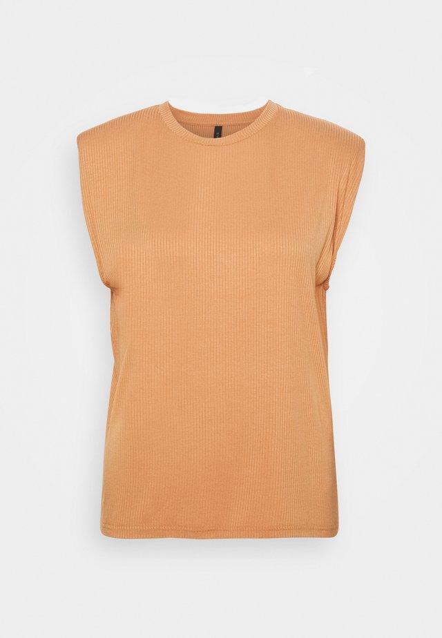 YASELLE PADDED SHOULDER  - T-shirt basic - sandstorm
