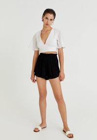 PULL&BEAR - MIT GUMMIZUG - Shorts - mottled black - 1