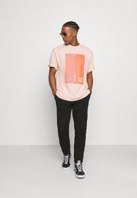 NU-IN - IMPACT UNISEX - Print T-shirt - pink - 1