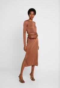 EDITED - GABRIELLA DRESS - Vestido de punto - braun - 2