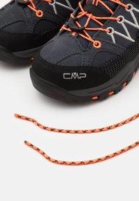 CMP - KIDS RIGEL MID SHOE WP UNISEX - Trekingové boty - antracite/flash orange - 5