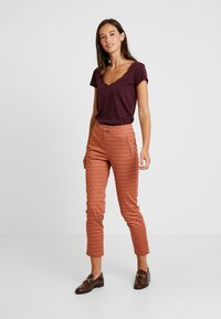 Yargici - FRONT CUT DETAILED TROUSERS - Chinos - bordeaux - 2