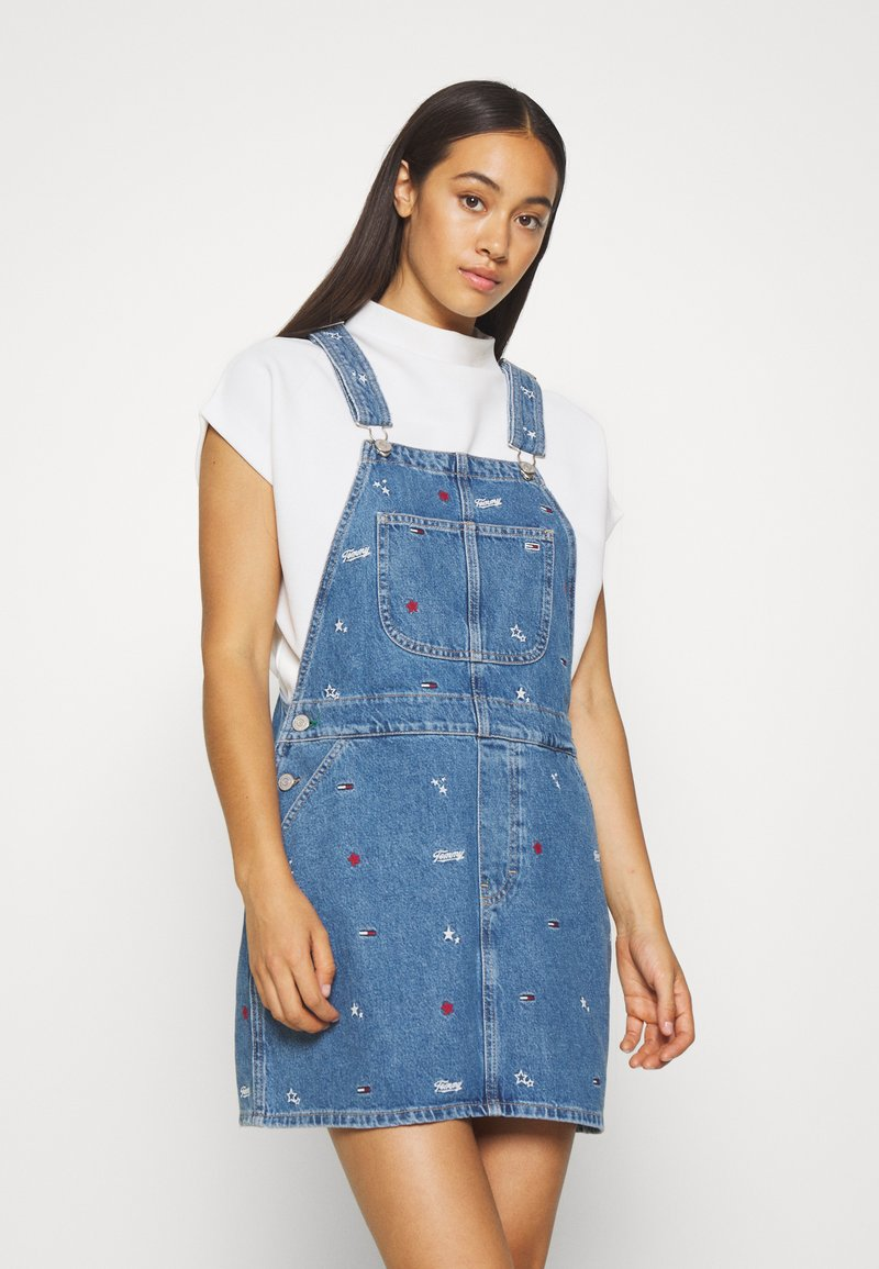 Tommy Jeans - CLASSIC DUNGAREE DRESS  - Denim dress - star critter blue rigid