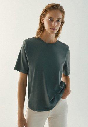 MIT SCHULTERPOLSTERN  - Basic T-shirt - green