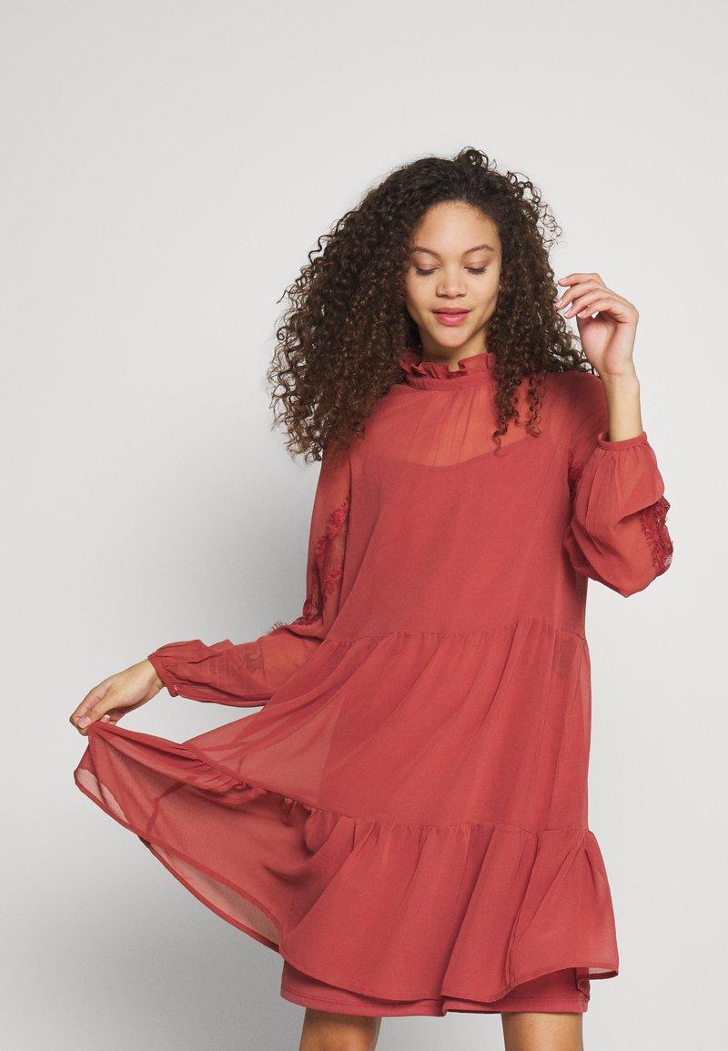 Vero Moda Petite - VMINGEBORG SHORT DRESS - Hverdagskjoler - marsala