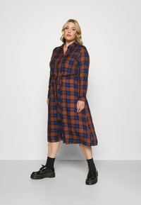 ONLY Carmakoma - CARVIKANA CALF CHECK SHIRT DRESS - Day dress - brown/blue - 0