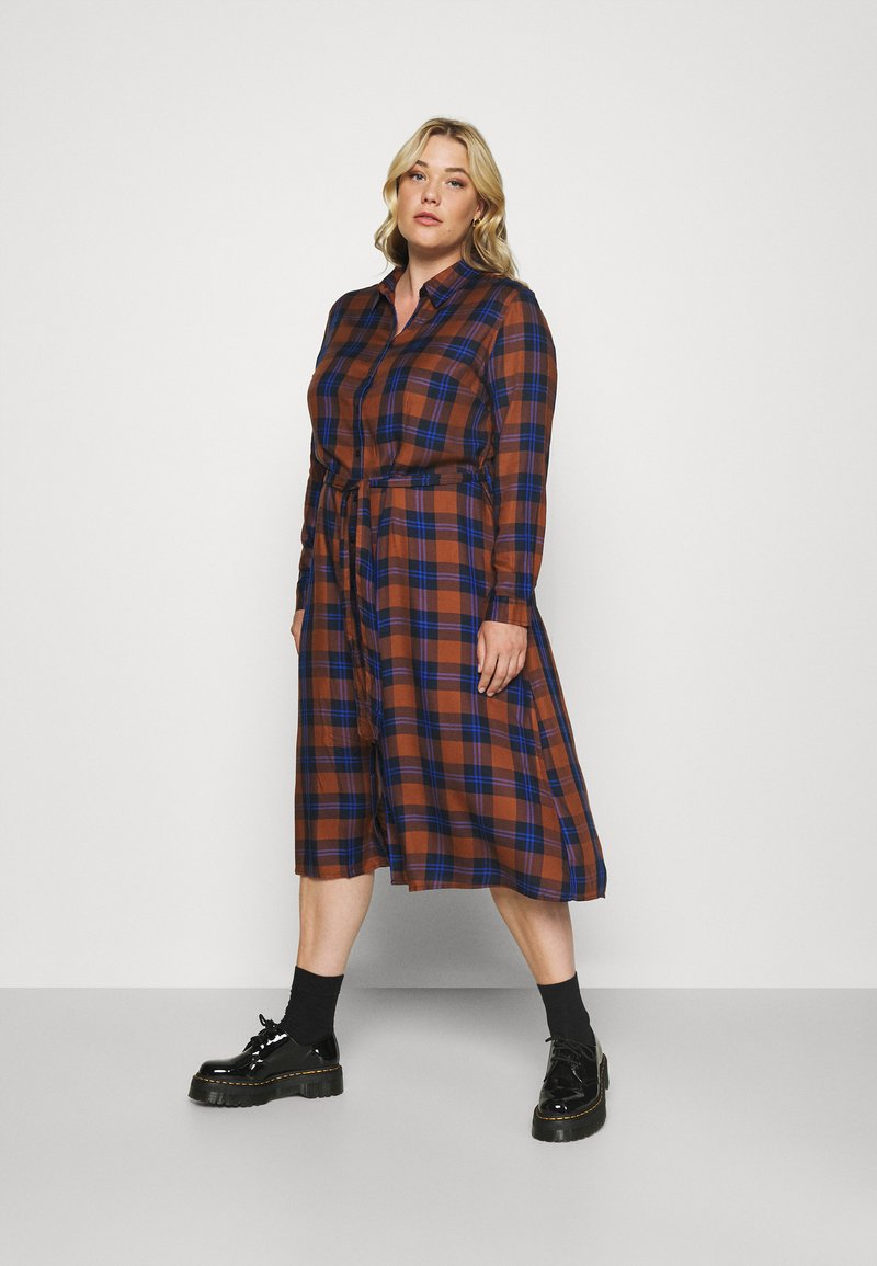 ONLY Carmakoma - CARVIKANA CALF CHECK SHIRT DRESS - Day dress - brown/blue