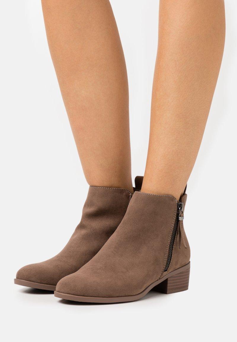 Dorothy Perkins - MACRO ZIP - Kotníková obuv - light brown