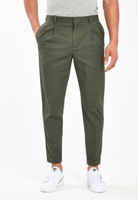 Next - KHAKI FASHION PLEAT FIT TWIN PLEAT FORMAL TROUSERS - Trousers - green - 0