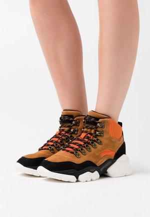 JULIA - Sneakersy wysokie - orange