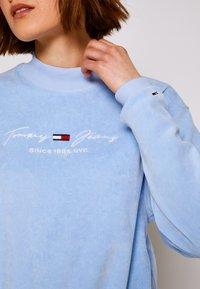 Tommy Jeans - PASTEL CREW - Collegepaita - light powdery blue - 6