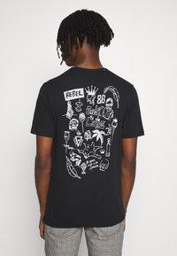 Junk De Luxe - SKETCH ARTWORK TEE - Print T-shirt - black - 0