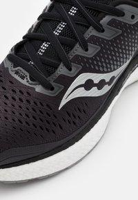 Saucony - TRIUMPH 18 - Chaussures de running neutres - charcoal/white - 5