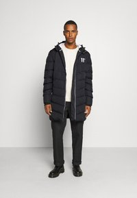 11 DEGREES - LONG LINE CHEVRON PUFFER - Winter coat - black - 1