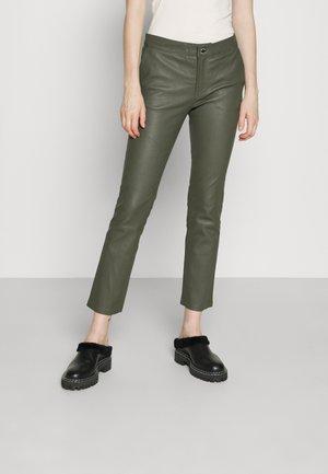 LEYA - Spodnie skórzane - olive night
