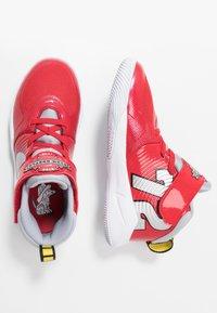 Nike Performance - TEAM HUSTLE D 9 AUTO - Chaussures de basket - university red/metallic silver/wolf grey/white - 0
