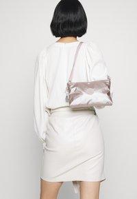 Kipling - ATLEZ DUO SET - Taška spříčným popruhem - metallic gift - 1