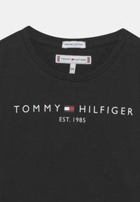 Tommy Hilfiger - ESSENTIAL  TEE - Triko spotiskem - black - 2