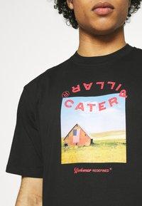Caterpillar - WORKWEAR TEE - T-shirt z nadrukiem - black - 4