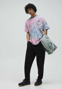 PULL&BEAR - RICK & MORTY - Print T-shirt - rose - 1