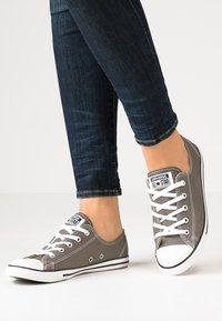 Converse - CHUCK TAYLOR ALL STAR OX DAINTY - Trainers - gris foncé / blanc - 0
